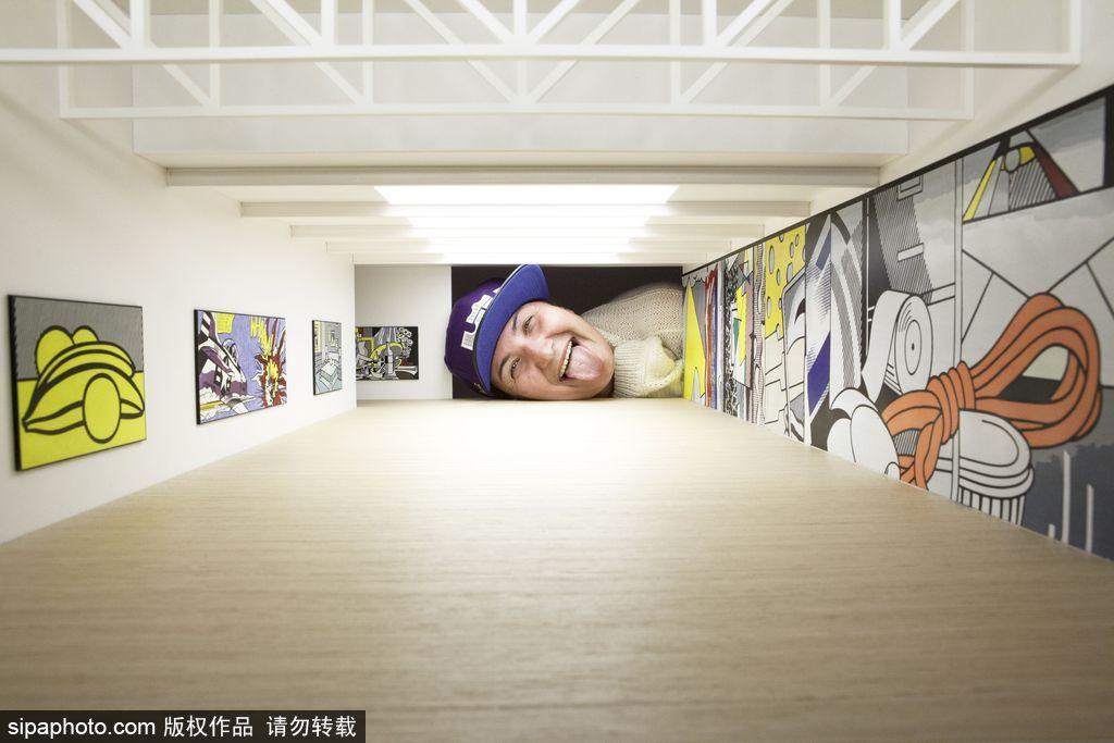 艺术家打造世界著名的画廊模型 观众歪头参观变巨人