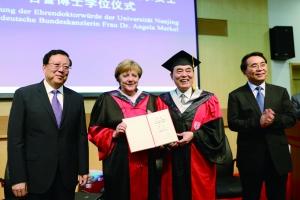 南大校长陈骏向德国总理默克尔颁授名誉博士学位证书 佘治骏 摄