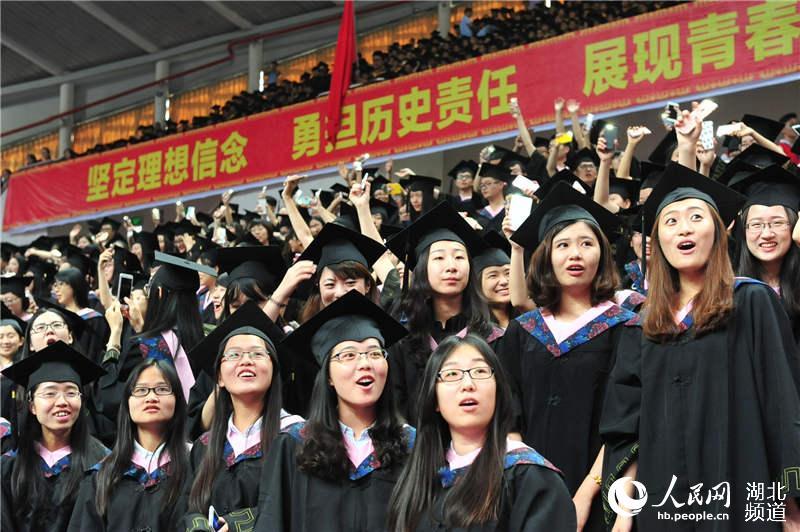 """7000人同披学士服 上演""""最牛毕业典礼"""""""