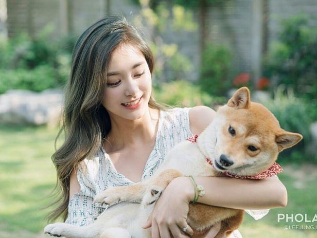 周子瑜环抱毛小孩 网友:我想当狗