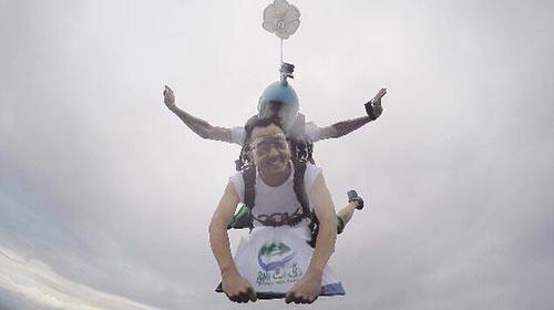 湖北县委书记为宣传旅游直播3000米高空跳伞