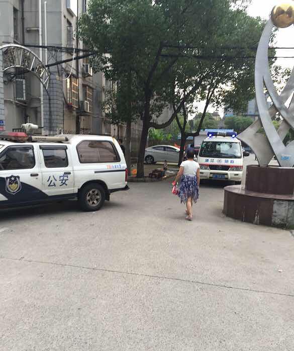 6月21日17时50分许,南湖区电子小区锦绣苑有一名初三男生坠楼。 19楼论坛嘉兴网友 图