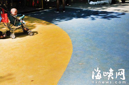 """福州温泉公园现""""毒地板""""? 味道刺鼻闻着头晕"""