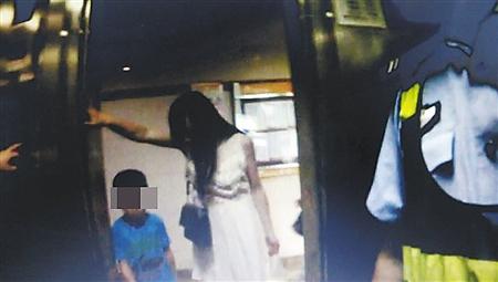 涛涛(化名)给妈妈开了门 沙区警方供图