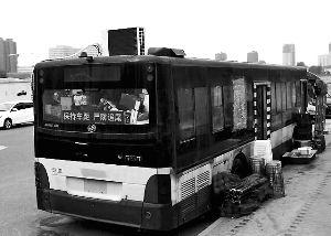 公交改厨房摆摊卖烧烤 因油烟大声音吵引居民不满