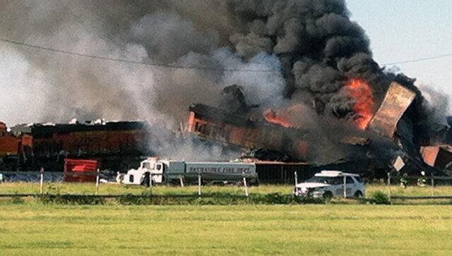 美国德克萨斯州两辆货运火车相撞 随后发生爆炸