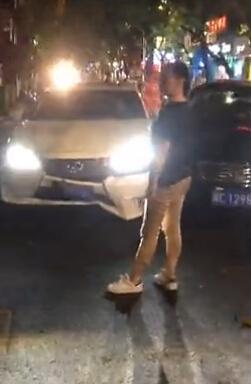女司机开车怒撞闺蜜豪车:这个女人睡了我老公