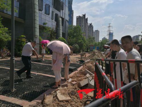福州世欧王庄小区强毁公共绿地 建路面停车位