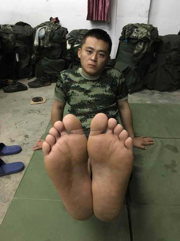 7月6日晚,武警安徽总队第一支队战士焦磊在安徽省安庆市平山镇临时休息点,双脚已经恢复常态。 新华社 发