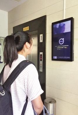 电梯间有多个广告屏