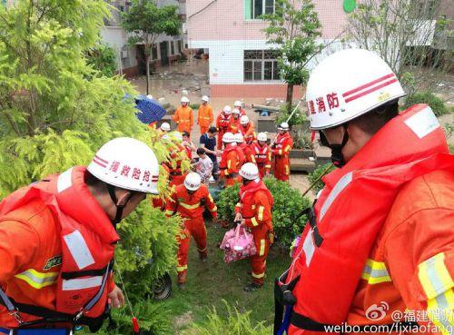 福州消防在永泰营救出一家5口 最小孩子1岁