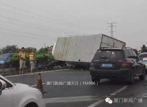 大货车高速路翻车撞上2名工人 致一死一伤