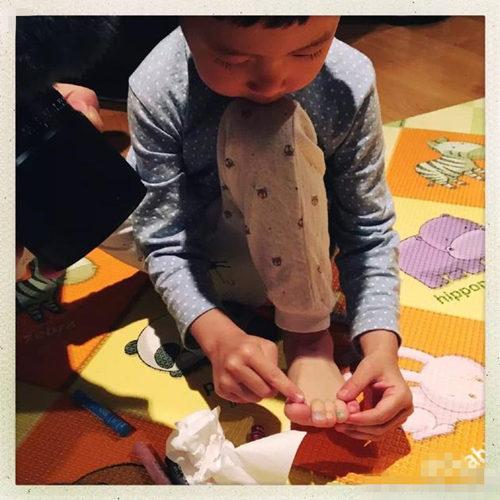 实力坑娃!姚晨用蜡笔为儿子小土豆涂脚指甲