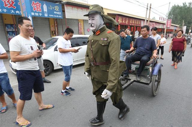 """洛阳惊现""""日本军官""""拉车,走近一看原是机器人!"""