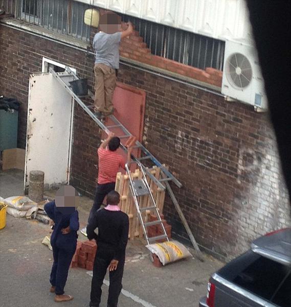 """英国一建筑工人站在水平架立的梯子上施工 被称""""愚蠢"""""""