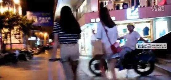 福州街头出现偷拍狂魔 专拍紧身裤妹子臀部