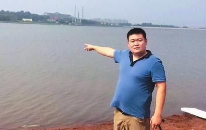 32岁的刘兴驾驶摩托艇冲入水中救援,往返三次,从水中救出7名落水者