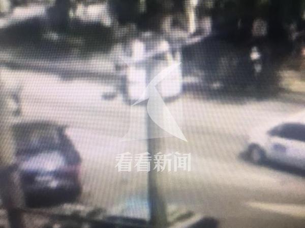 视频画面显示,一辆白色大众轿车(右)径直撞向一辆黑色奥迪越野(左)。 看看新闻图