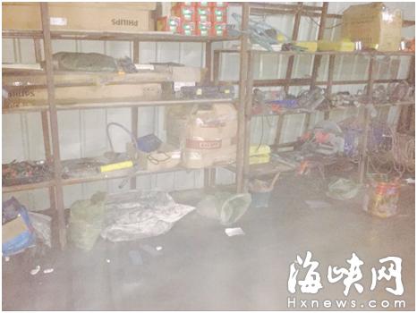 设备房内摆放有许多施工工具