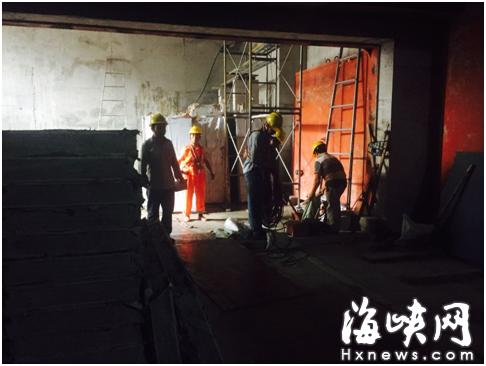 记者跟随工作人员来到屏山地铁站地下一楼