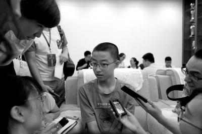 14岁的最小新生黄家琪淡定接受记者群访。京华时报记者陶冉摄