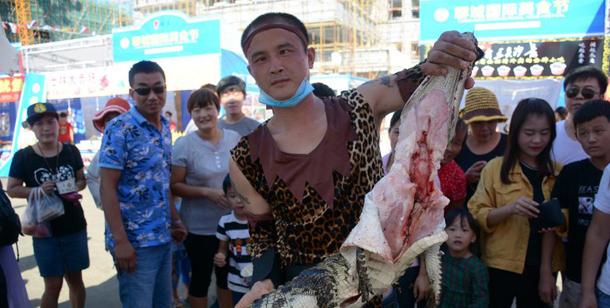 山东聊城街头现鳄鱼肉烤串 引市民围观