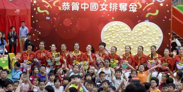 """中国女排与香港市民互动 郎平扮""""鬼脸儿""""逗趣"""