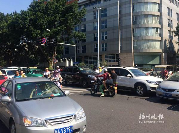 福州福新路六一路口信号灯瘫痪 交通陷混乱人车混行