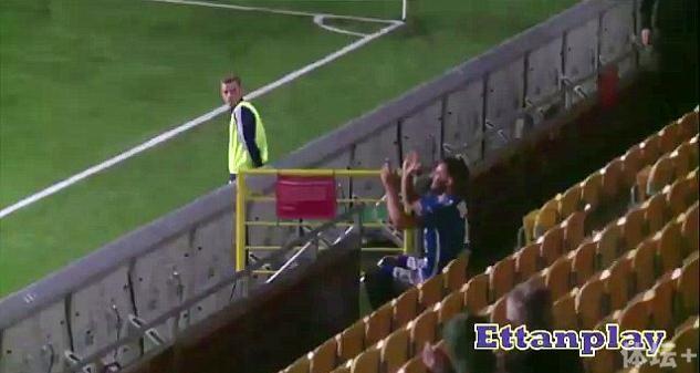 奇葩!球员进球后跑到观众席给自己鼓掌染红