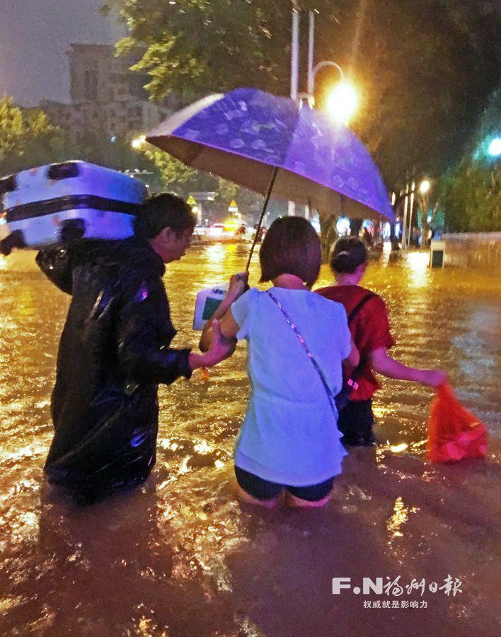 暴雨来袭福州城区39处积水 两百名抢险人员全力排涝