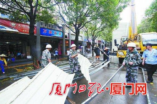 150公斤铁皮搭在电线上 消防官兵合力移除(图)