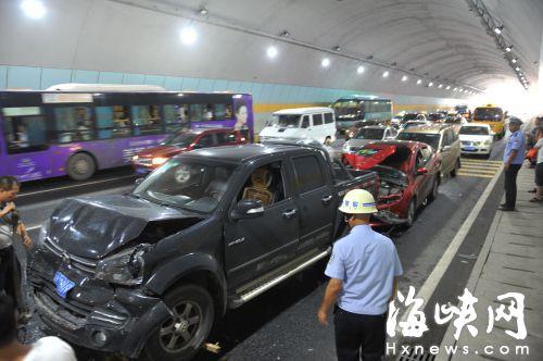福州金鸡山隧道 昨8车追尾幸无人员伤亡