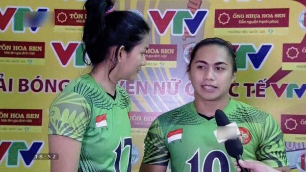 王一梅在印尼联赛队友被质疑为男性(右一)
