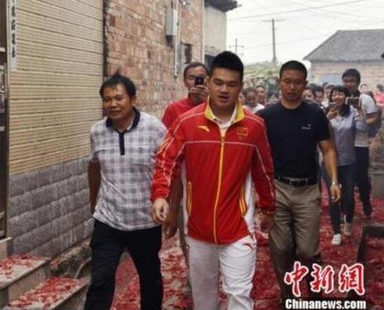 奥运冠军石智勇回乡 鞭炮铺了两三公里