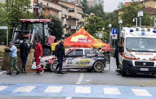 英国拉力赛汽车失控撞向人群 观众1死8伤