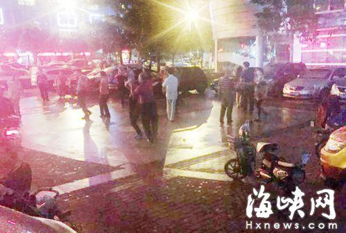 到了晚上,众人会在这个停着许多车的广场上跳舞