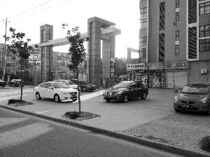 车停小区广场车牌被人掰弯 广场舞大妈干的?