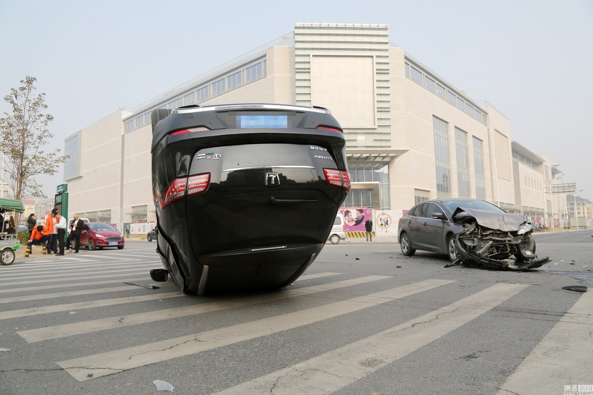 厉害了,我的女司机 在路口撂翻轿车引围观
