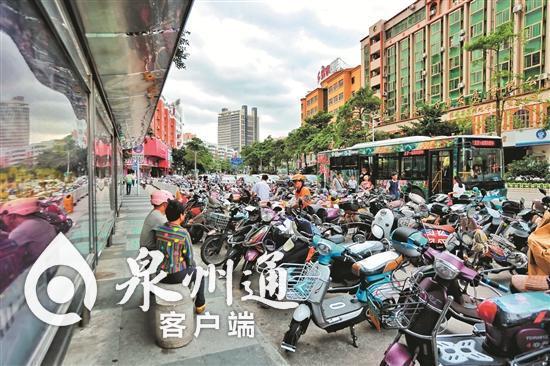 """泉州港湾式公交站成""""摆设"""" 司机图方便不进站"""