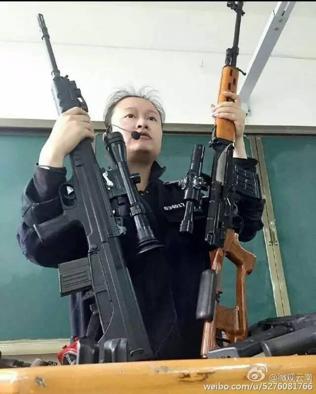 云南最霸气女老师走红!可单手举狙击枪上课 毫不费力