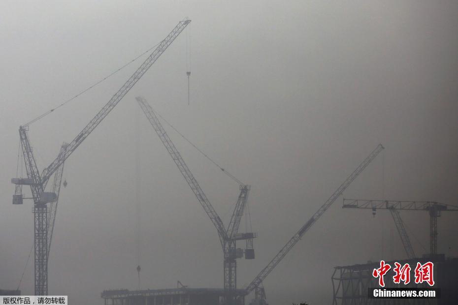 """英国伦敦大雾袭城 建筑开启""""隐身""""模式"""