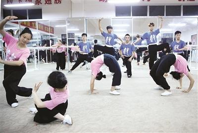 58名潮剧专业学生正在努力练习基本功