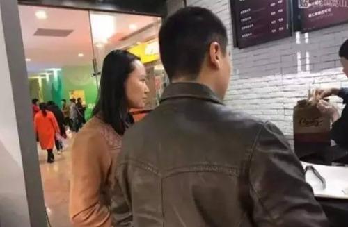 女子怀孕遭人抱摔怎么回事 海淀五棵松卓展购物中心引关注
