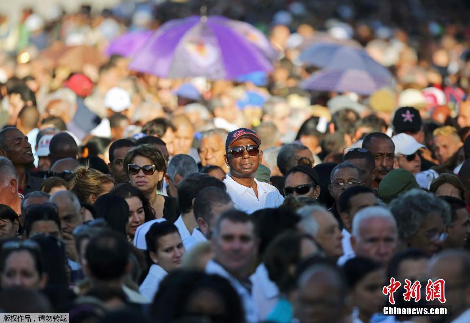 古巴民众排长队悼念菲德尔·卡斯特罗