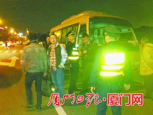 """中巴车穿着""""定制公交""""马甲载客 涉嫌非法营运被查"""