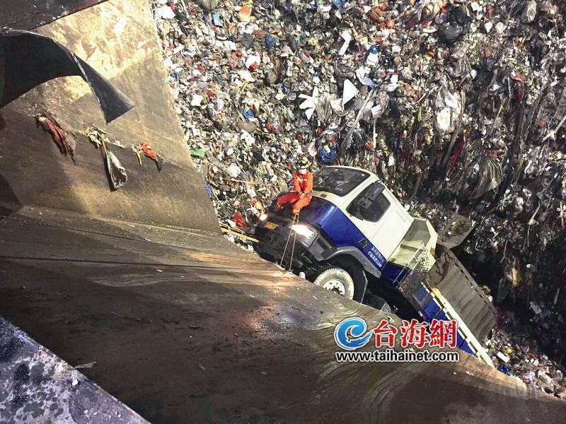 倒车过头 厦门一垃圾车连人带车掉进8米深坑