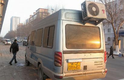 空调外机挂在车后方,引人注目 新文化记者 蒋盛松 摄