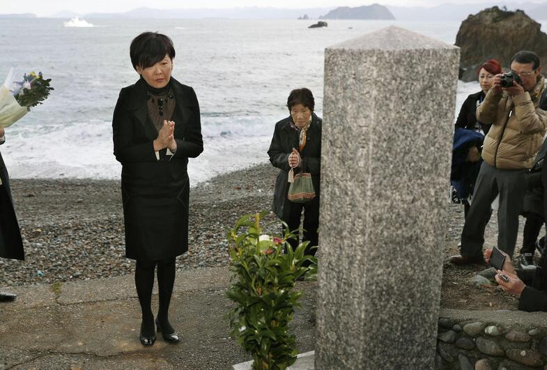安倍妻子安倍昭惠拜祭被日军杀死的俄罗斯士兵