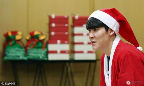 又萌又暖!朴泰桓扮圣诞老人出席慈善捐赠