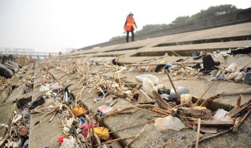 千吨垃圾倾倒长江污染画面曝光触目惊心 4名涉案人员已被刑拘
